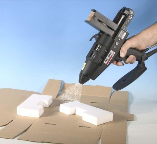 Collage mousse avec le pistolet à colle électropneumatique TEC7300