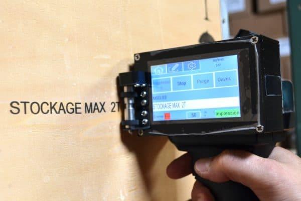 Marquage sur carton avec le pistolet jet d'encre portable TI300 Mobil